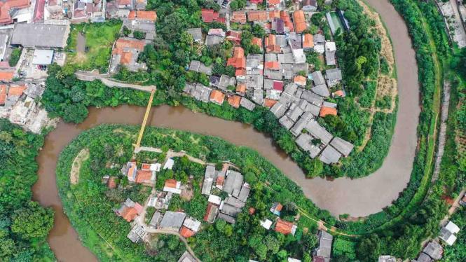 Foto udara aliran Sungai Ciliwung di kawasan Gedong, Pasar Rebo, Jakarta, Kamis, 7 Februari 2019.