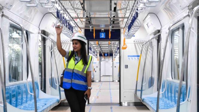 Petugas menaiki kereta Mass Rapid Transit (MRT) Jakarta fase I koridor Lebak Bulus - Bundaran HI yang sedang diuji coba di Jakarta, Kamis, 7 Februari 2019.