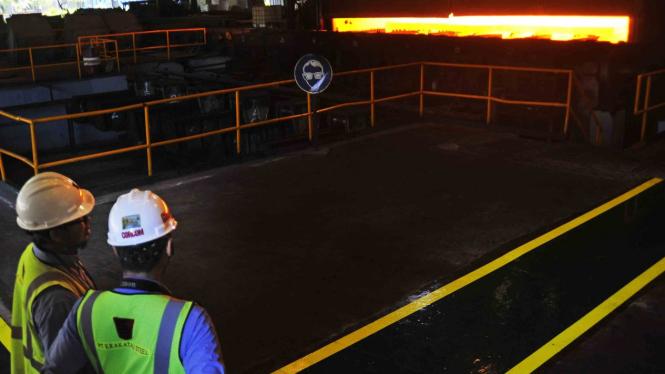 Pekerja mengawasi proses produksi lempengan baja panas di pabrik pembuatan hot rolled coil (HRC) PT Krakatau Steel (Persero) Tbk di Cilegon, Banten, 7 Februari 2019./Ilustrasi