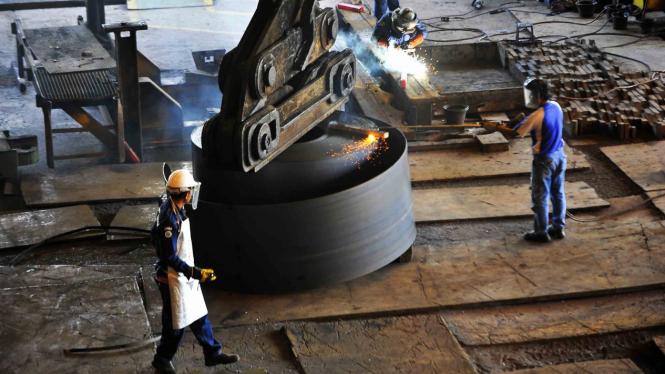 Pekerja di pabrik pembuatan hot rolled coil (HRC) PT Krakatau Steel Tbk di Cilegon, Banten.