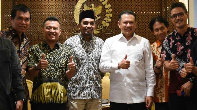 Ketua DPR Bambang Soesatyo (ketiga kanan) berpose bersama musisi Glenn Fredly (ketiga kiri), Anang Hermansyah (kedua kiri) yang juga anggota Komisi X DPR, dan pengamat musik Bens Leo (kedua kanan) seusai melakukan pertemuan di Kompleks Parlemen, Senayan.