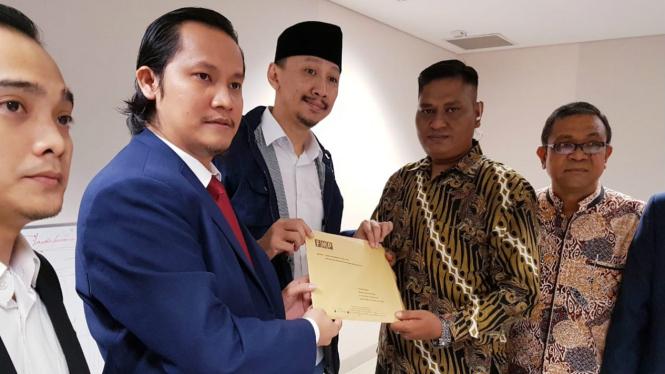 Permadi Arya (berpeci) saat menyampaikan somasinya ke Facebook Indonesia
