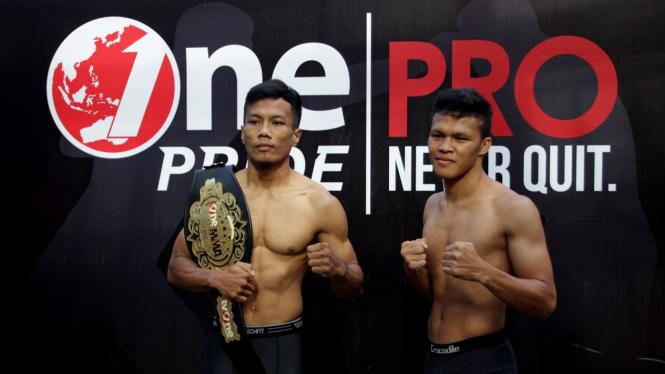 Petarung Hafid Nur Maradi (kiri) dan Laode Abdul Haris (kanan) mengikuti timbang badan jelang Fight Night 26 One Pride Pro Never Quit di Jakarta, Sabtu 9 Februari 2019.