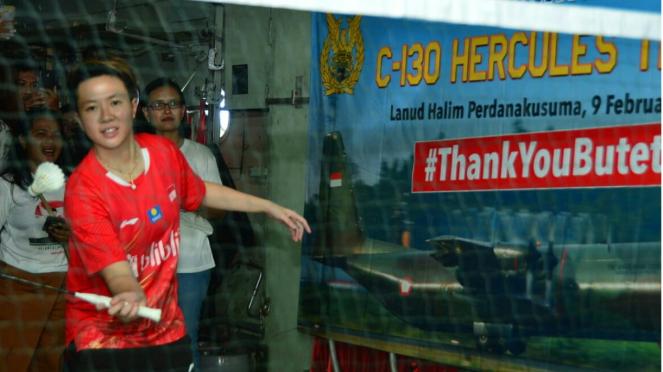 Liliyana Natsir bermain bulutangkis di dalam pesawat Hercules TNI-AU