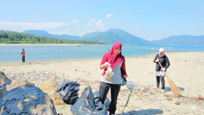 Plastik Hingga Popok Berjejalan Di Batu Pemecah Ombak Pantai Di Aceh