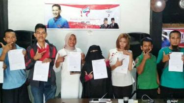 Para relawan pemenangan pasangan calon presiden dan wakil presiden Prabowo Subianto-Sandiaga Uno di Lombok, Nusa Tenggara Barat, dalam konferensi pers pada Minggu, 10 Februari 2019.
