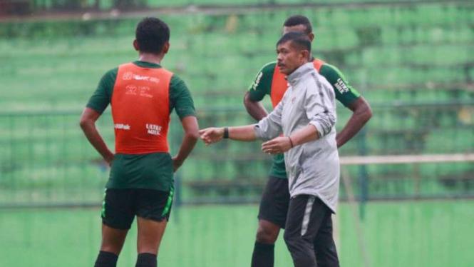 Pelatih Timnas Indonesia U-22, Indra Sjafri (kanan)
