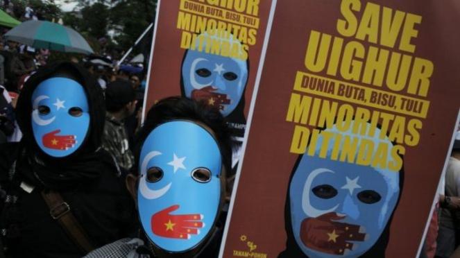 Orang-orang memprotes kekerasan dan perlakuan terhadap Muslim Uighur dalam sebuah unjuk rasa di Bandung, Desember lalu. - Reuters