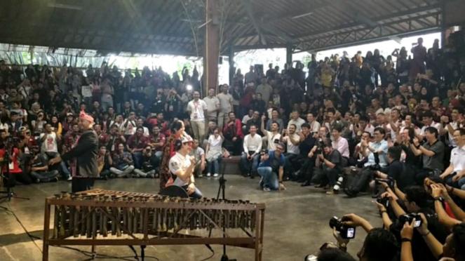 Marc Marquez goyang ngebor di Saung Angklung Udjo, Bandung