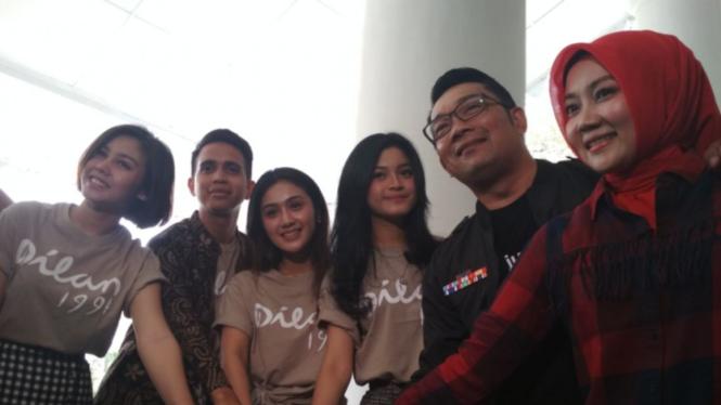 Ridwan Kamil dan beberapa pemain Dilan 1991
