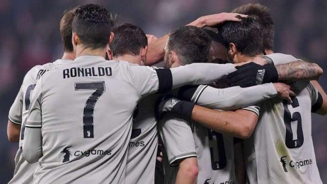 Pemain Juventus rayakan gol.