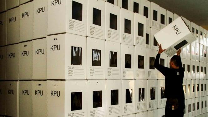Petugas KPU Mamuju menyusun kotak suara Pemilu di Kantor KPU Mamuju, Sulawesi Barat