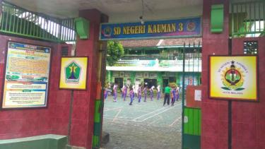 Sejumlah siswa SDN Kauman 3, Kota Malang, Jawa Timur, beraktivitas di halaman sekolah mereka pada Senin, 11 Februari 2019.