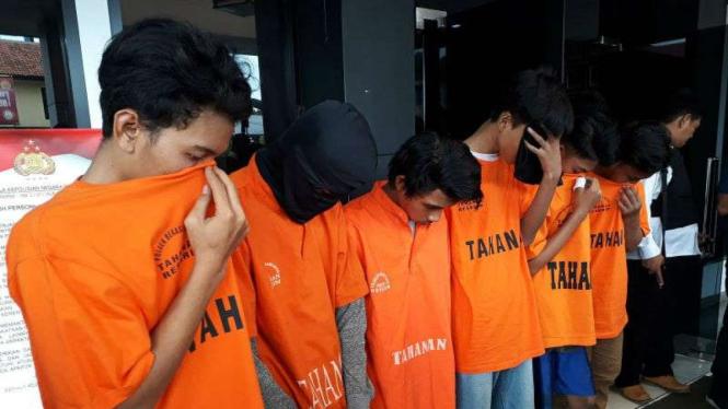Para tersangka pelaku tawuran maut antargeng remaja setelah ditangkap saat diperlihatkan kepada wartawan di Markas Polres Metropolitan Kota Bekasi pada Senin, 11 Februari 2019.