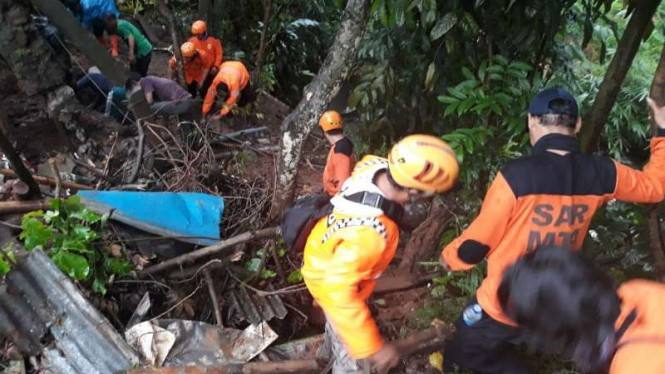 Tim SAR mencari seorang warga yang tertimbun tanah longsor di Semarang, Jawa Tengah, Senin sore, 11 Februari 2019.