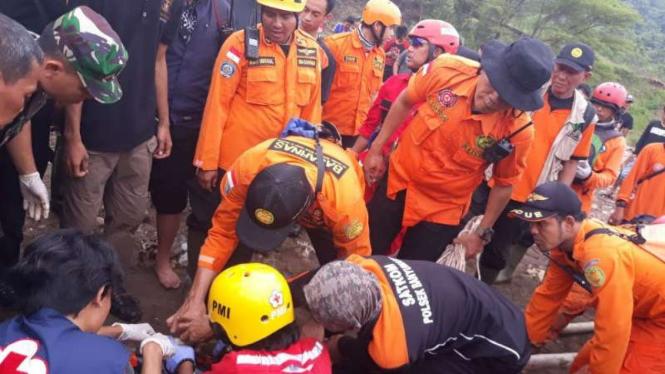 Proses evakuasi pemilik salon yang tewas terseret banjir di Semarang.