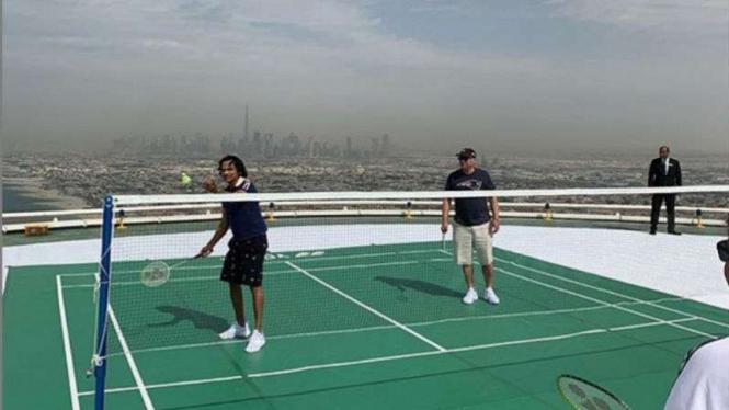 Divyank Turakhia dan Kevin O'Learly di helipad Burj Al Arab, Dubai.