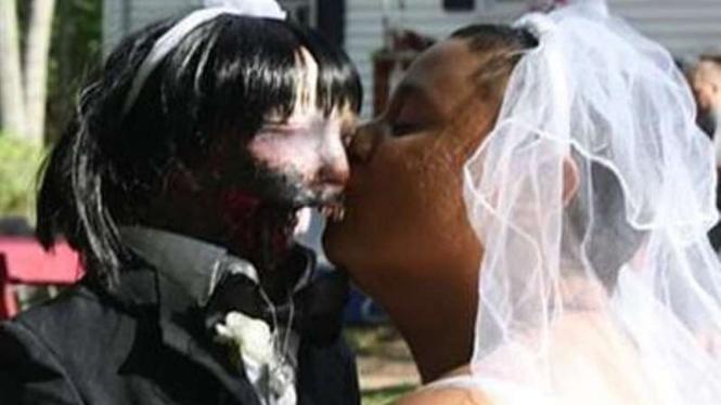 Felicity dan Kelly (boneka zombie)