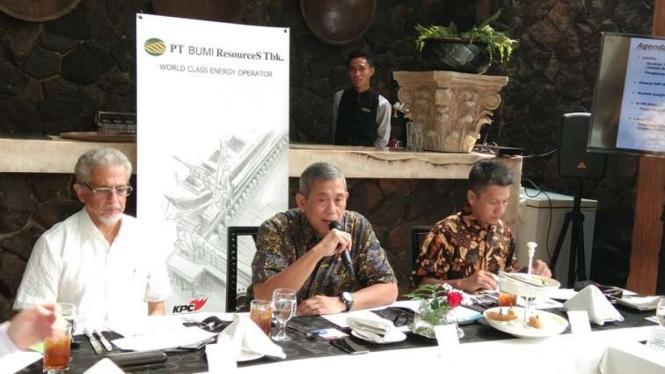 Presiden Direktur BUMI, Saptari Hoedaja (tengah)