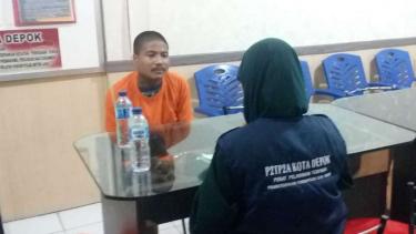Seorang psikolog Pusat Pelayanan Terpadu Pemberdayaan Perempuan dan Anak memeriksa kejiwaan seorang tersangka pembunuh bayi di Markas Polresta Depok pada Selasa, 12 Februari 2019.
