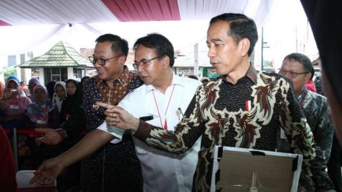 Presiden Joko Widodo membagikan bantuan langsung Program Keluarga Harapan dan Bantuan Pangan Non-Tunai kepada ribuan warga Depok, Jawa Barat, pada Selasa, 12 Februari 2019.
