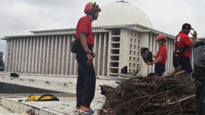 Bersih-bersih Masjid Istiqlal