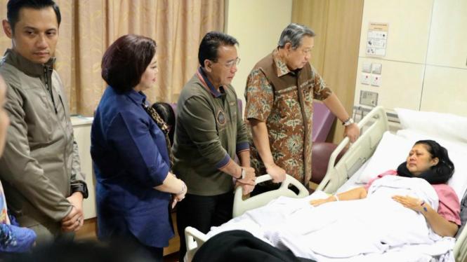 Ani Yudhoyono dirawat di rumah sakit.