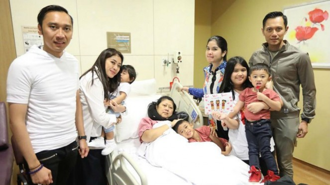 Ani Yudhoyono, beserta anak dan cucu.