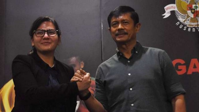 Sekjen PSSI, Ratu Tisha Destria (kiri), dan pelatih Timnas U-22, Indra Sjafri