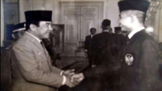 Tan Joe Hok saat bersalaman dengan Presiden Soekarno.