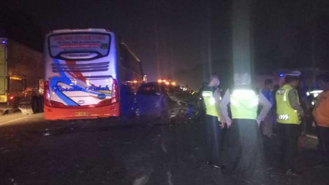 Kecelakaan di tol Jakarta-Merak.