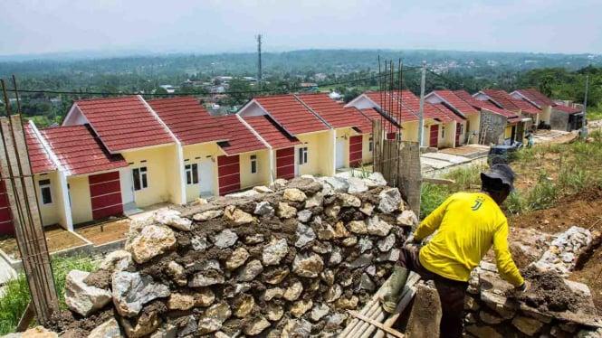 Pekerja menyelesaikan pembangunan rumah bersubsidi di kawasan Cibadak, Kabupaten Sukabumi, Jawa Barat,
