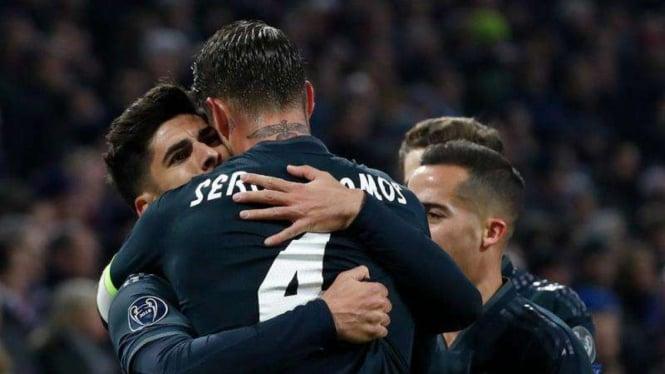 Para pemain Real Madrid merayakan gol.