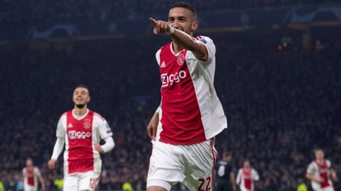 Bintang muda Ajax Amsterdam, Hakim Ziyech, melakukan selebrasi usai mencetak gol