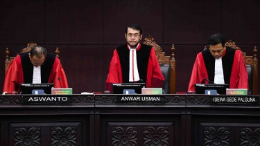 Ketua Majelis Hakim Mahkamah Konstitusi (MK) Anwar Usman (tengah) didampingi Hakim Konstitusi Arief  Aswanto (kiri) dan I Dewa Gede Palguna (kanan) bersiap meninggalkan ruang sidang seusai membacakan putusan perkara di Gedung Mahkamah Konstitusi, Jakarta