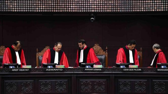 ilustrasi Ketua Majelis Hakim Mahkamah Konstitusi (MK) Anwar Usman (tengah) didampingi (kiri ke kanan) Hakim Konstitusi Arief Hidayat, Aswanto, I Dewa Gede Palguna dan Wahiduddin Adams meninggalkan ruang sidang MK.