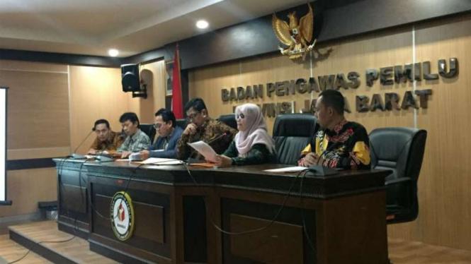Para pejabat tama Bawaslu Jawa Barat dalam konferensi pers di Bandung, Jumat, 15 Februari 2019.