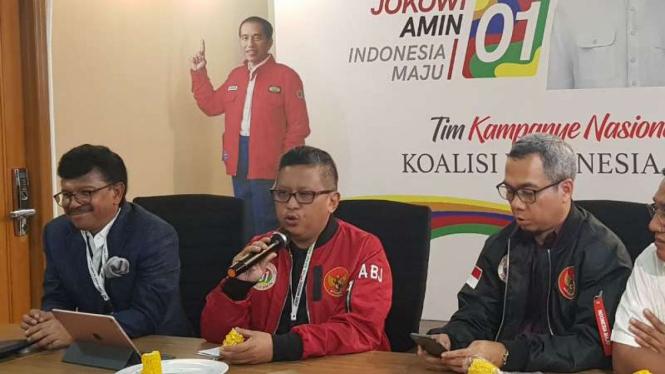 Sekretaris Tim Kampanye Nasional Joko Widodo-Ma'ruf, Hasto Kristianto, dalam konferensi pers di Posko Cemara, Jakarta, pada Jumat, 15 Februari 2019.