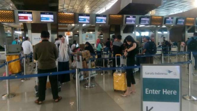 Situasi ruang check in di Terminal 3 Bandara Soekarno-Hatta, Tangerang, Banten