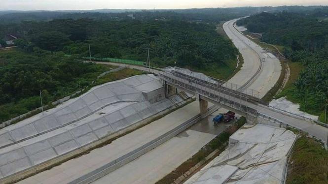 Progres pembangunan Jalan tol Samarinda-Balikpapan.