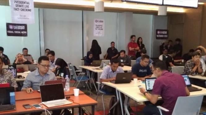 Para jurnalis melakukan cek fakta Debat Capres putaran dua di Jakarta, 17 Februari 2019