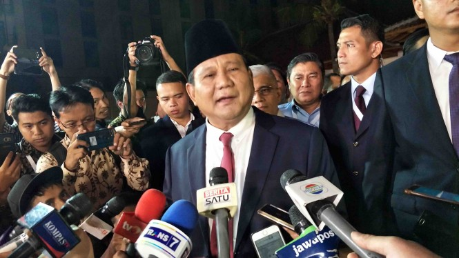 Calon Presiden nomor urut 02, Prabowo Subianto (tengah) usai mengikuti Debat Kedua Pilpres 2019.