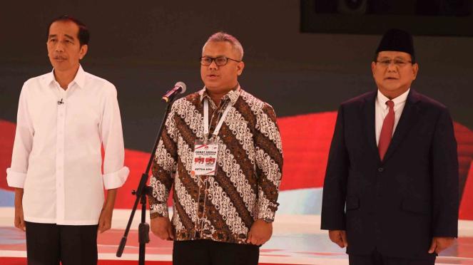 Capres nomor urut 01 Joko Widodo (kiri), Capres nomor urut 02 Prabowo Subianto (kanan) dan Ketua KPU Arief Budiman (tengah) menyanyikan Indonesia Raya saat sebelum memulai debat capres 2019 putaran kedua di Hotel Sultan, Jakarta