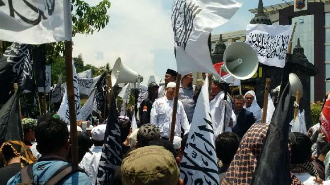 Massa simpatisan Ketua Persaudaraan Alumni 212, Slamet Maarif, berdemonstrasi di depan Markas Kepolisian Daerah Jawa Tengah, Semarang, Senin, 18 Februari 2019.