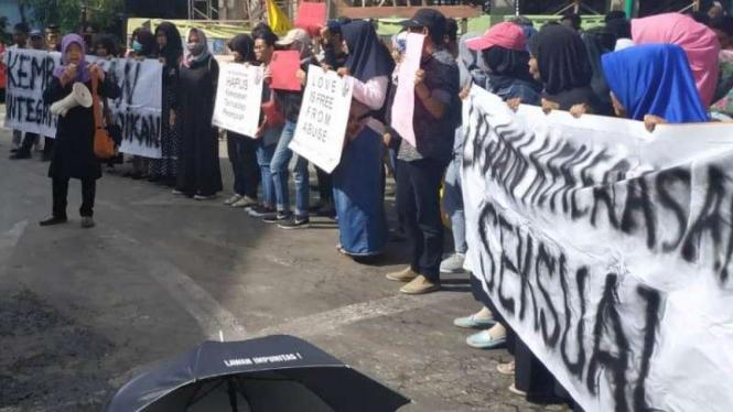 Aktivis Perempuan Tuntut Guru Predator Siswa Sd Di Malang Dihukum
