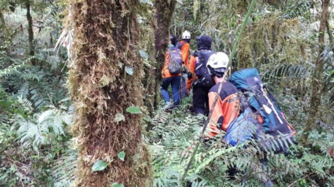 Tim SAR mencari seorang pendaki yang dilaporkan hilang di Gunung Bawakaraeng, Kabupaten Gowa, Sulawesi Selatan, pada Senin, 18 Februari 2019.