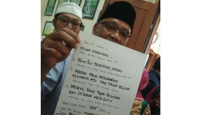 Gus Irfan menunjukkan surat yang ditulis Ahmad Dhani