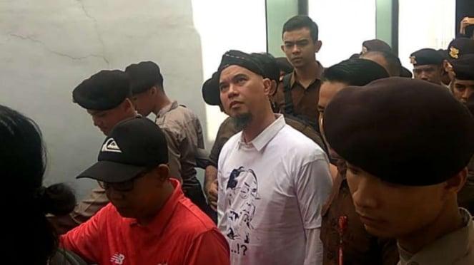 Ahmad Dhani Prasetyo, terdakwa perkara pencemaran nama baik, di Pengadilan Negeri Surabaya, Jawa Timur, pada Selasa pagi, 19 Februari 2019.