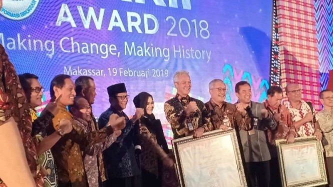 Gubernur Jawa Tengah Ganjar Pranowo (tengah) saat menerima penghargaan SAKIP dengan predikat A dari Kementerian PAN-RB di Makassar, Sulawesi Selatan, Selasa, 19 Februari 2019.