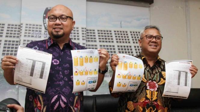 Ketua KPU Arief Budiman (kanan) bersama Komisioner KPU Ilham Saputra (kiri) menunjukkan berkas Caleg berstatus terpidana korupsi saat mengumumkan data terbaru nama calon legislatif (caleg) dengan status mantan terpidana korupsi yang berpartisipasi pada Pe